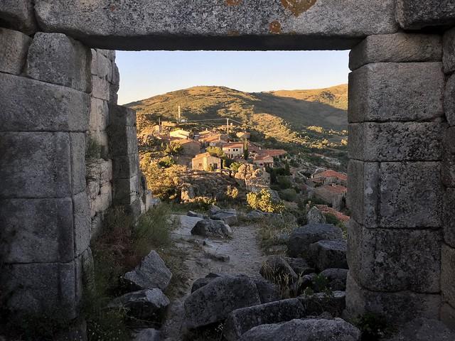 Vistas de la aldea de Trevejo desde su castillo en ruinas (Sierra de Gata, Cáceres)