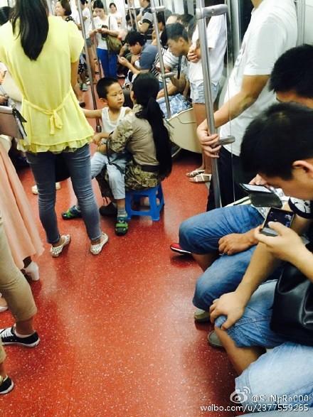 带板凳坐地铁