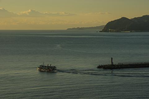 080103-073523 熱海港の白灯台