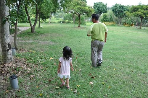 翁榮炫與小孩子互動的情境;圖中幼兒為李璟泓大女兒。(攝影:李璟泓)