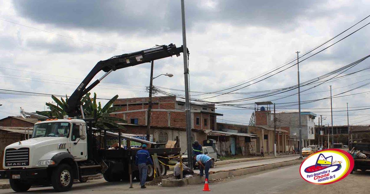 Colocan postes en avenida 14 de Agosto