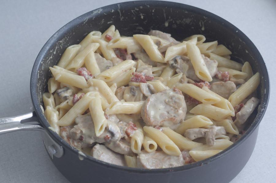 Pastaret med svinemørbrad og bacon i cremet hvidvinssauce (15)