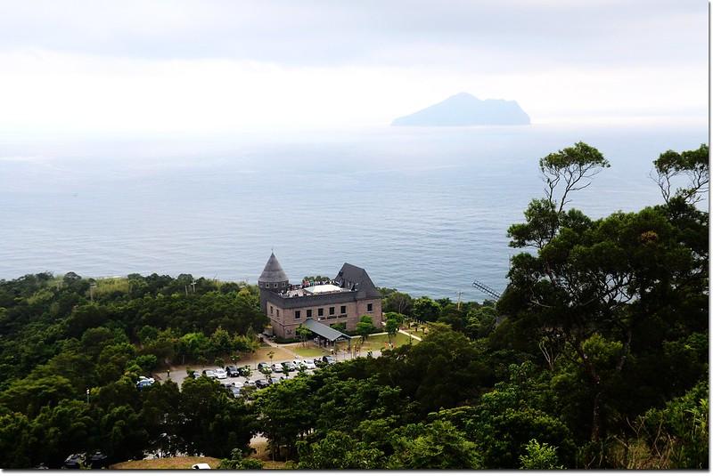 火燒寮山俯瞰伯朗咖啡城堡及遠眺龜山島