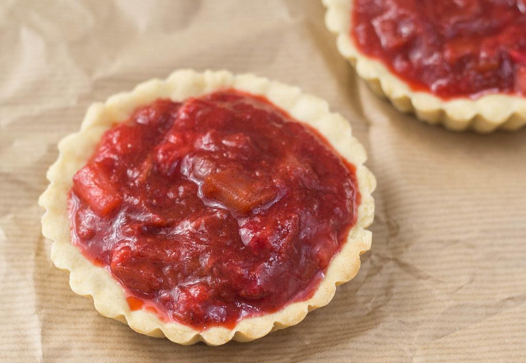 Jordbær-rabarbertærter med marengs (2)