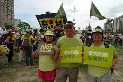 翁榮炫全家參加反核遊行。(圖片來源:水雉生態教育園區)