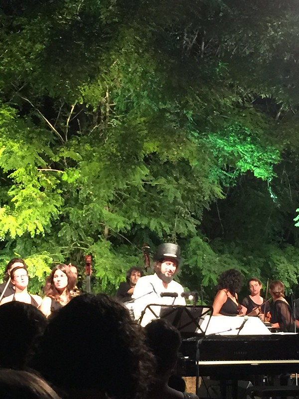 Arena delle balle di paglia orchestra Maderna e Vinicio Capossela