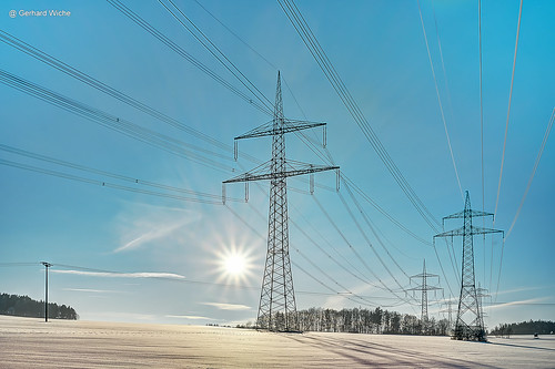 Stromtrasse im Gegenlicht