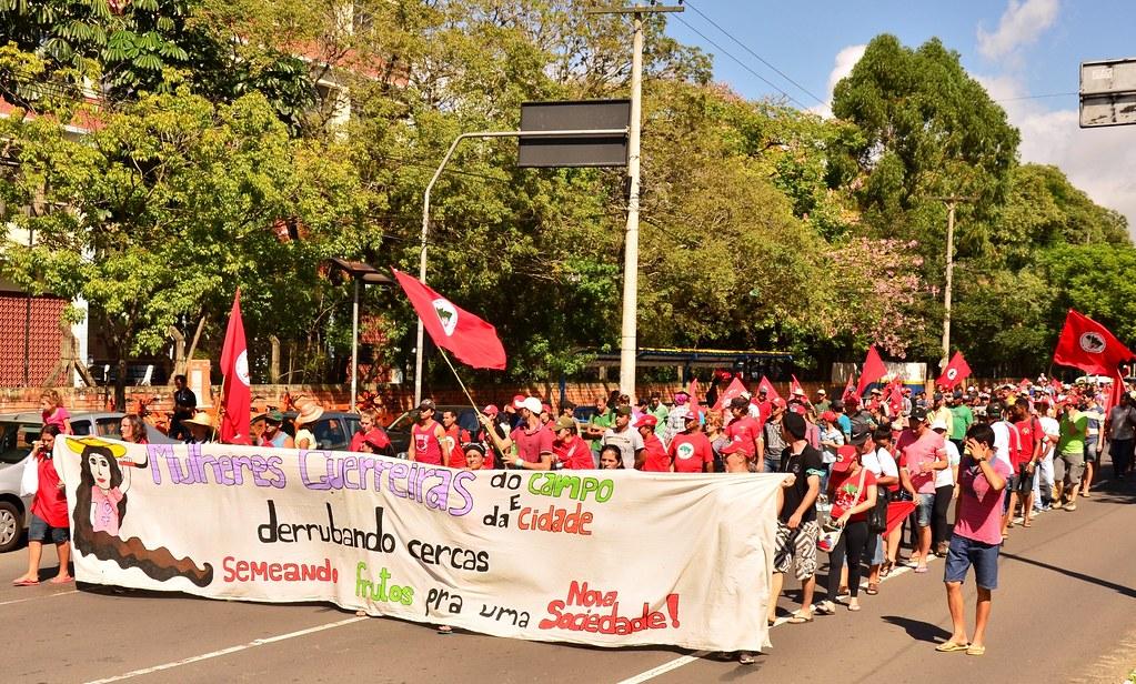 Camponesas_marcham_em_defesa_da_soberania_alimentar,_em_Porto_Alegre_-_crédito_Tiago_Giannichini (2).jpg