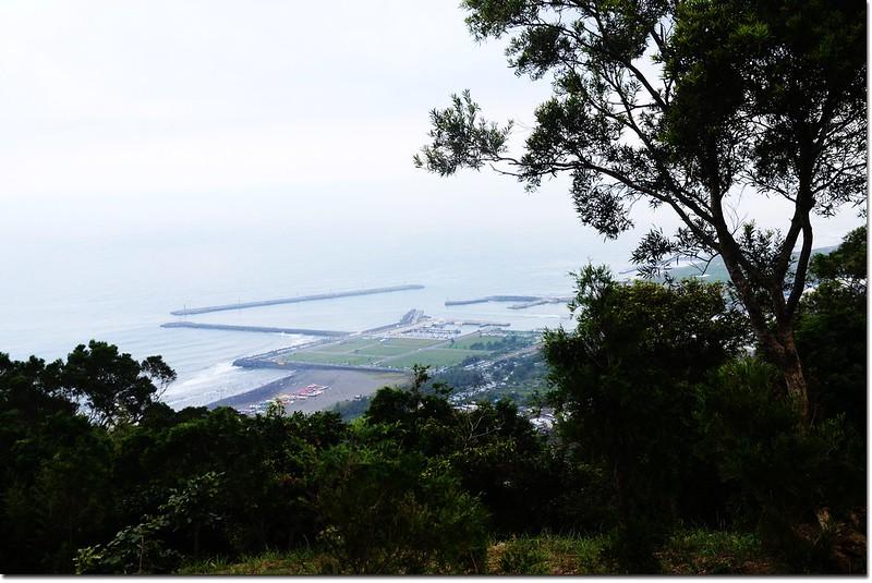 火燒寮山登山步道石椅休息區俯瞰烏石港