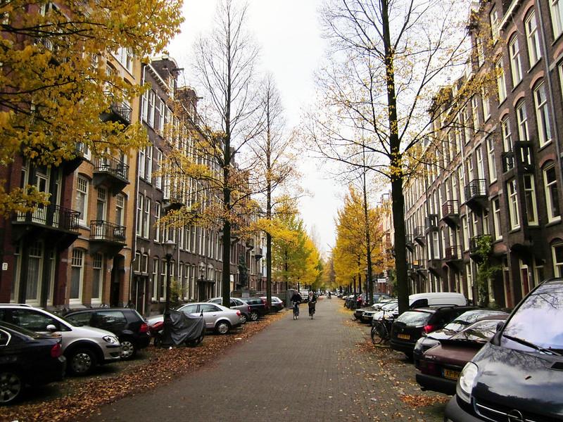 On-street Parking on a Downtown, Mid-rise, Pedestrian-oriented Commercial Street | Stationnement le long des trottoirs le long d'une rue commerciale axée sur les piétons avec immeubles de taille moyenne au centre-ville