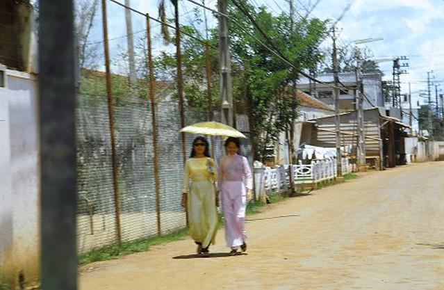1967 Photo by Mike Williams - Also Saigon -- those beautiful au-dai pantdresses.