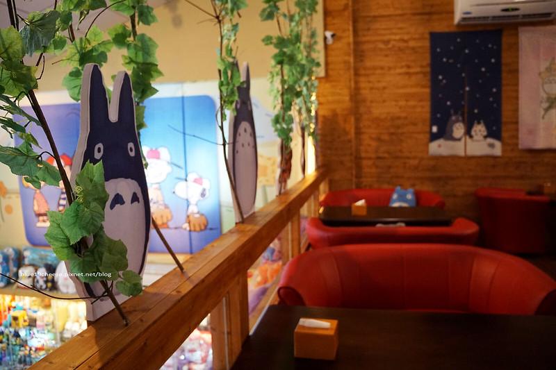 18702670738 f770268795 c - 【台中西屯】東京雜貨樂園.2F龍貓咖啡館-被龍貓包圍的幸福裝潢.喝杯龍貓咖啡.親子咖啡館餐廳.逛逛史努比kitty布丁狗多拉ㄟ夢米奇拉拉熊蛋黃哥老皮的生活精品雜貨玩具
