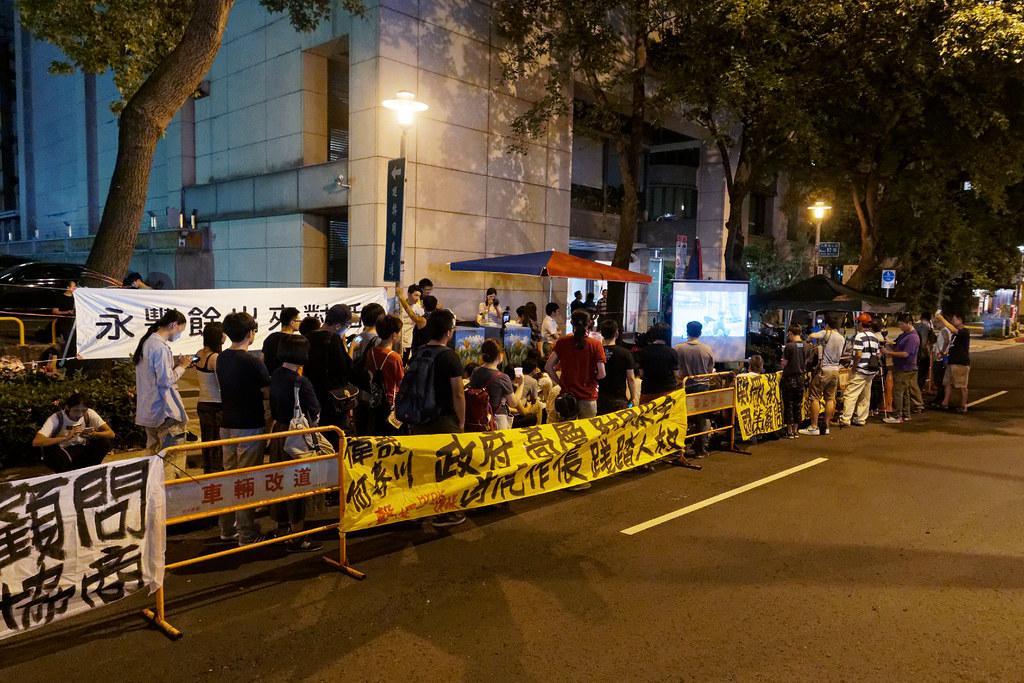 Hydis工人昨晚重回台北市仁愛路二段的何壽川宅前,舉行第一次公開的燭光晚會。(攝影:林佳禾)