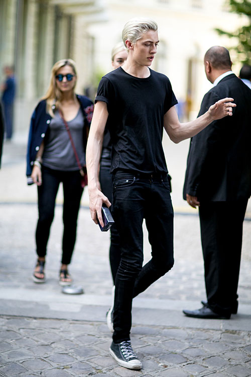 無地黒Tシャツ×ブラックジーンズ×オールスター黒