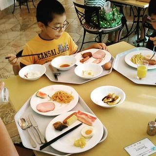 朝食バイキング。 子供のセレクションは炭水化物とタンパク質メインで野菜がない...