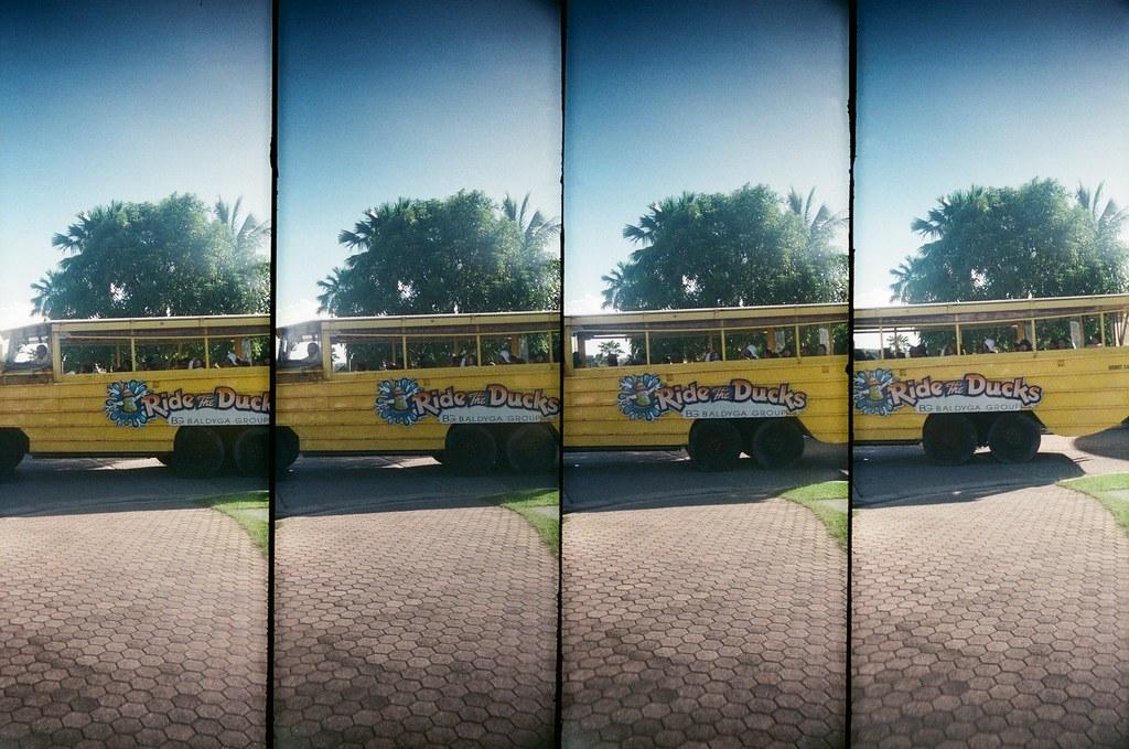 Guam US / FUJICOLOR 業務用 / SuperSampler Dalek 在關島的路上亂走時,看到這輛很可愛的巴士停在一棟旅館外面,我就在路口等他開出來補抓畫面。  畫面中在巴士 K 字母上面那個女孩很可愛,在我鏡頭前面比一個很甜的 Ya!我有點難忘記!  好像是日本人!  SuperSampler Dalek FUJICOLOR 業務用 ISO400 7411-0010 2016-11-09 Photo by Toomore