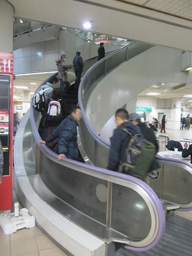 中山競馬場のスパイラルエスカレーター