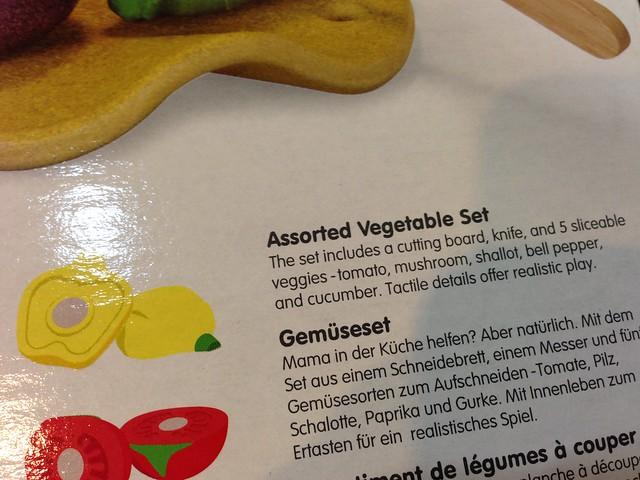 其實我們看不懂這些水果是什麼XD 盒裝上面有寫:番茄 (tomato)、蘑菇 (mushroom)、珠蔥 (shallot)、甜椒 (bell pepper)、黃瓜 (cucumber)@PLAN TOYS蔬果切切樂