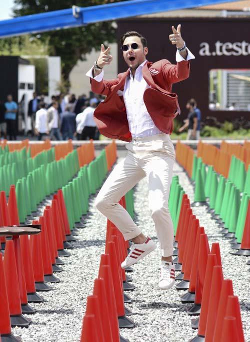 赤テーラードジャケット×ホワイトパンツ×adidasスーパースター赤
