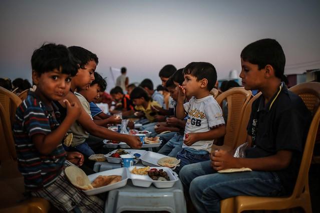"""حفل ترفيهي جنوبي غزة لأطفال """"العائلات النازحة"""" جراء الحرب"""