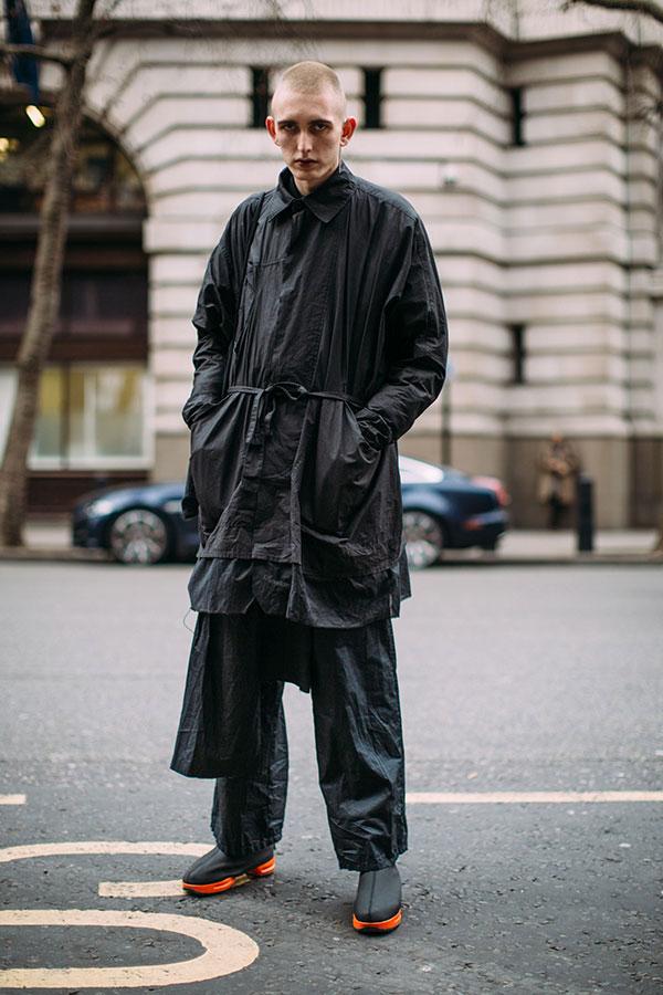 黒コーデ ナイロンコート×ロングシャツ×ナイロンパンツ×モックスニーカー