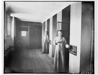 Female inmates standing in front of their cells, Carleton County Gaol / Prisonnières debout devant leur cellule, Carleton County Gaol (prison du comté de Carleton)