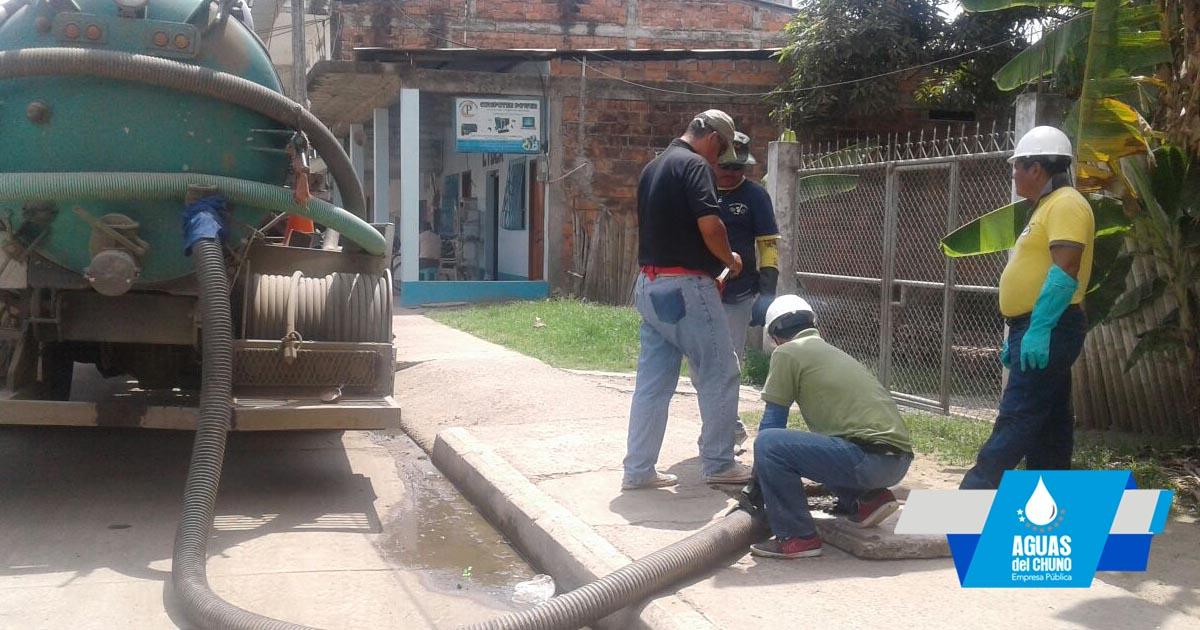 Realizan limpieza de cajetines de agua servidas en la ciudad