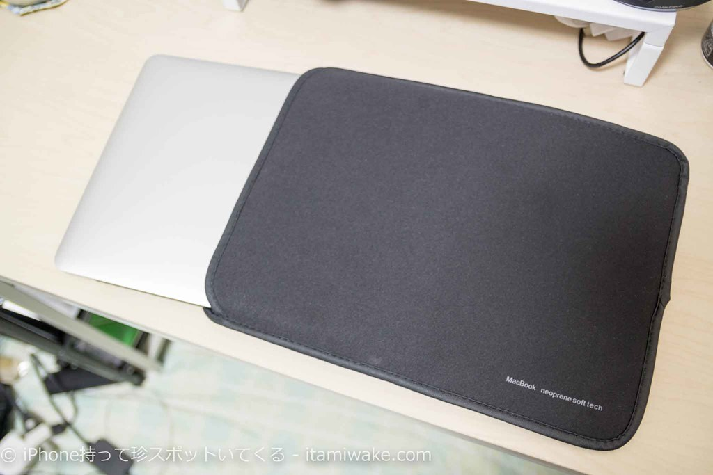プロテクトカバーにMacBook Pro13インチを挿入