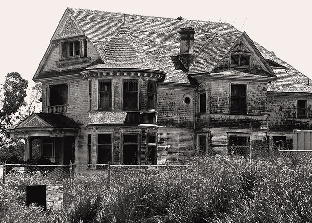 Abandoned Mansions in California http://www.flickr.com/photos/42304632@N00/141573428/