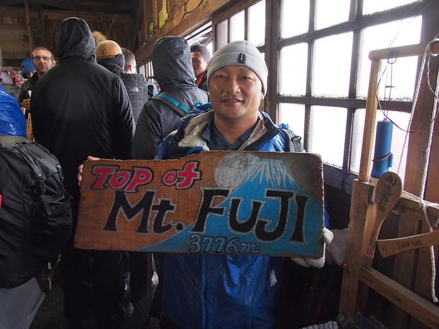 終於到富士山的山頂小屋了