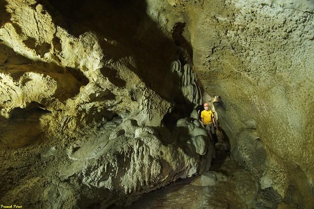 Guy dans la galerie amont de la Grotte du Sapenet - Amathay Vesigneux