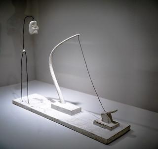Fil tendu (Fleur en danger) - Alberto Giacometti - 1932 - Plâtre,  métal et crayon, Fleur reconstituée en 2015 avec le concours de la Alberto Giacometti Stiftung, Zurich