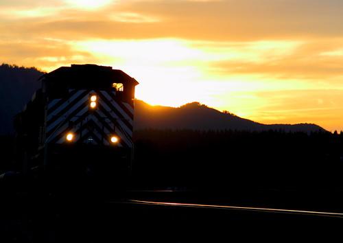 sunset night montana rail trains gas link local mrl glint sd70ace montanaraillink gaslocal
