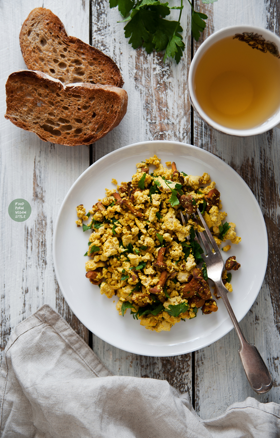 Tofu scramble with chanterelles and parsley