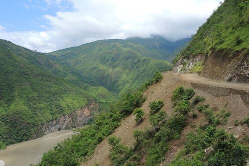 montagnes nepal préci rivière route sunkoshiriver