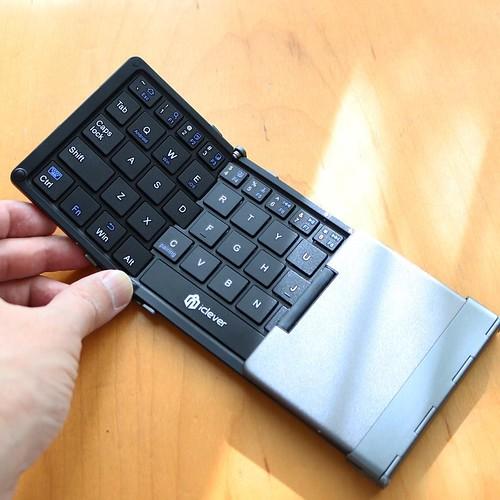 三つ折りに畳めるワイヤレスキーボード。