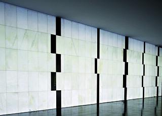 Sem título  Autor: Athos Bulcão Ano: 1960  Técnica: Painel em granito negro e mármore branco  Dimensões: 3,00m x 20,00m
