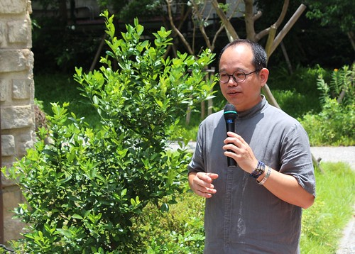 台東農業改良場研究人員陳奕君說明防猴網原理。攝影:廖靜蕙。
