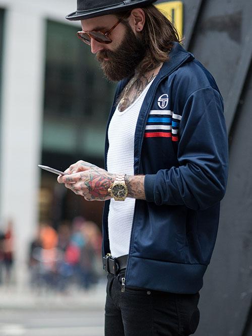 紺トラックジャケット×ブラックジーンズ
