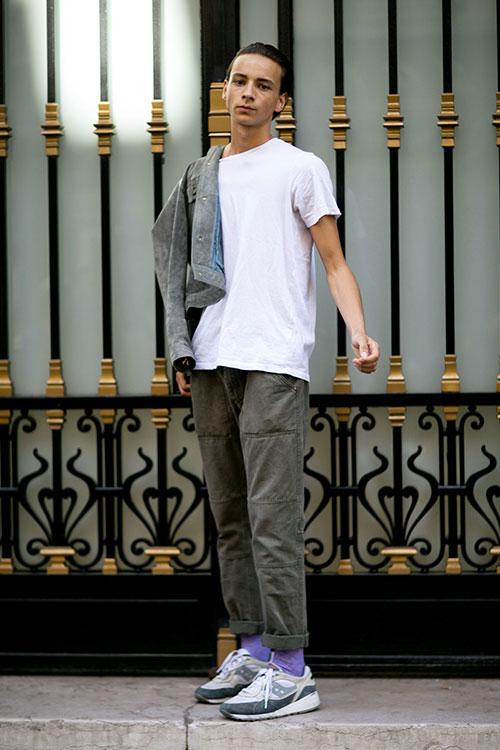 無地白Tシャツ×グレーワークパンツ×サッカニー SHADOW 6000