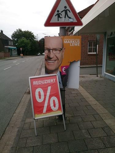 Wahlplakat von CDU-Oberbürgermeister Markus Lewe vor dem Schuh- und Sporthaus Lamskemper in Roxel