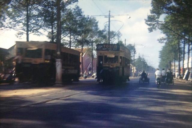 SAIGON 1953 - Streetcars on Galliéni Blvd - Xe điện SAIGON-CHOLON trên đường Trần Hưng Đạo, cạnh ngã tư Trần Hưng Đạo-Đề Thám