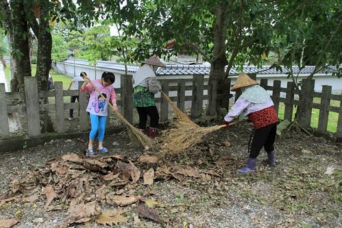 今年五月在黃家榮的號召下,社區居民動起來,還給林田神社一個乾淨的家。圖片提供:黃家榮。