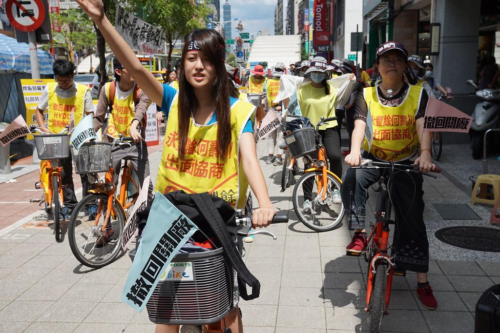 Hydis工人及聲援者騎乘Ubike在台北街頭宣傳訴求,至永豐銀行各分行快閃。(攝影:王顥中)