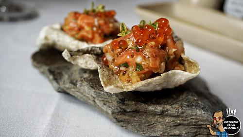 Trucha ahumada y marinada con cítricos acompañada de su piel crujiente y sus huevas - Casa Elena