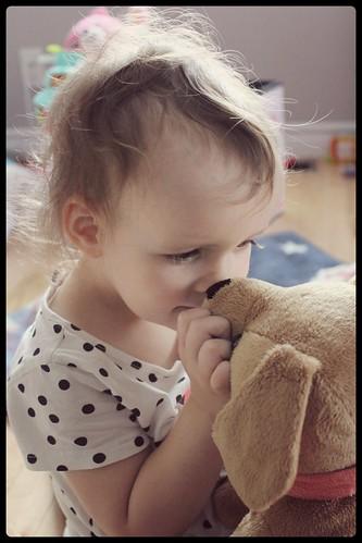 Bébé fille et labrador toutou