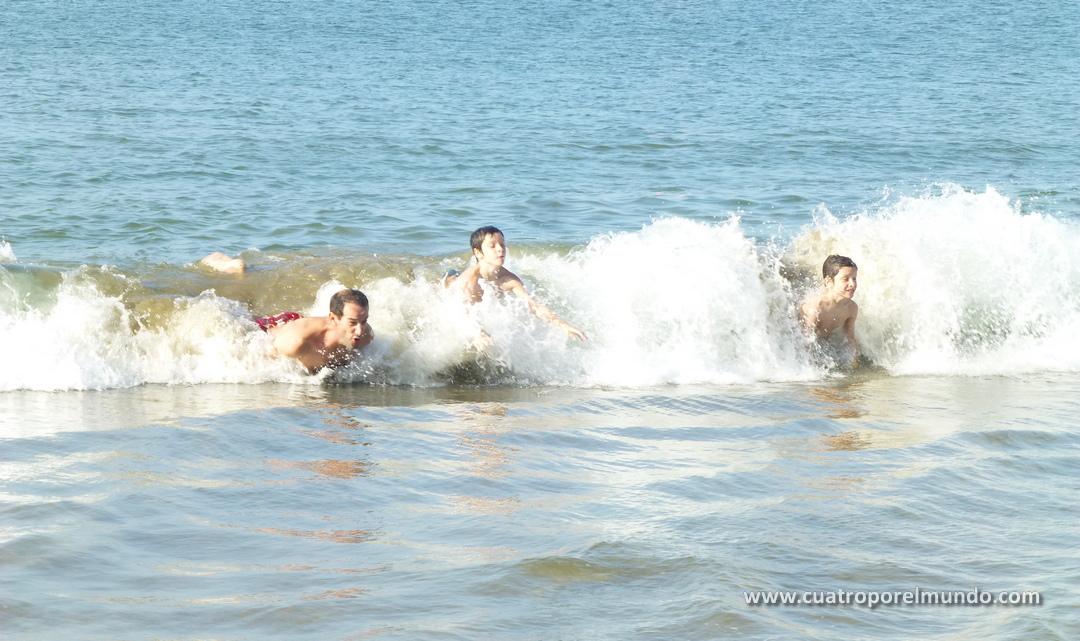 En Salinas, cogiendo olas con el agua a treintatantos