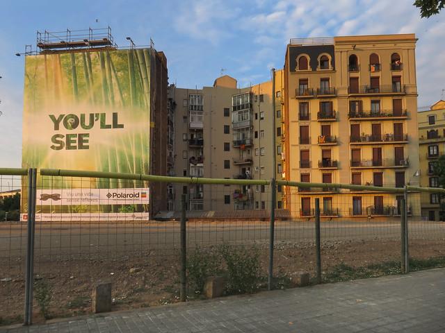 Publicidad Polaroid cubriendo apartamentos por el lado este de Avinguda Diagonal; Barcelona (2015)