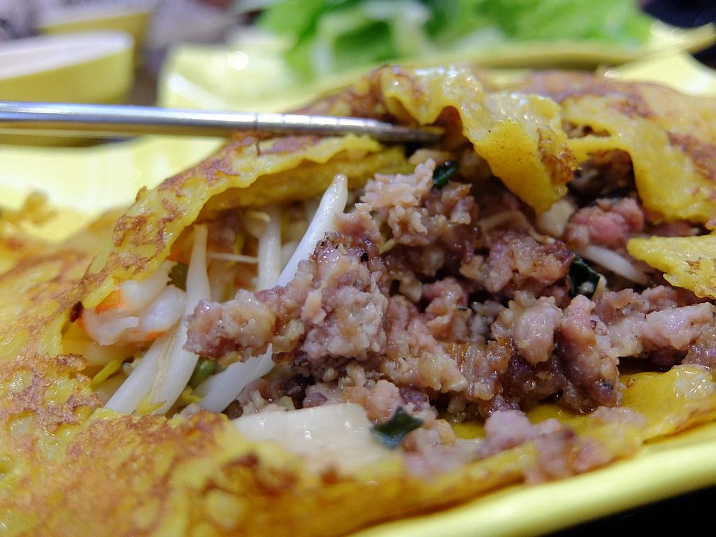 月亮餅內有碎肉、鮮蝦、豆芽菜等,上頭則是薄薄的蛋皮