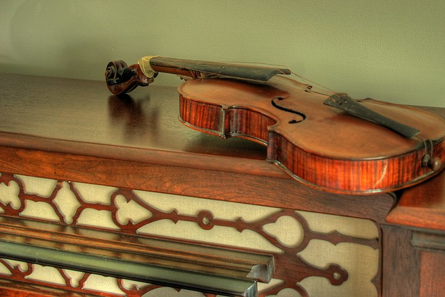 Old Violin for Rhi~ (HDR)